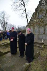 Bishop Mieczysław Cisło, Chief Rabbi Michael Schudrich, and Bishop of Sandomierz Krzysztof Nitkiewicz pray together at the Jewish cemetery.