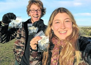 Angus McLean and Mariel Becker collecting kangaroo droppings in Boundary Road Reserve. (Photo courtesy of the Bathurst Kangaroo Project)