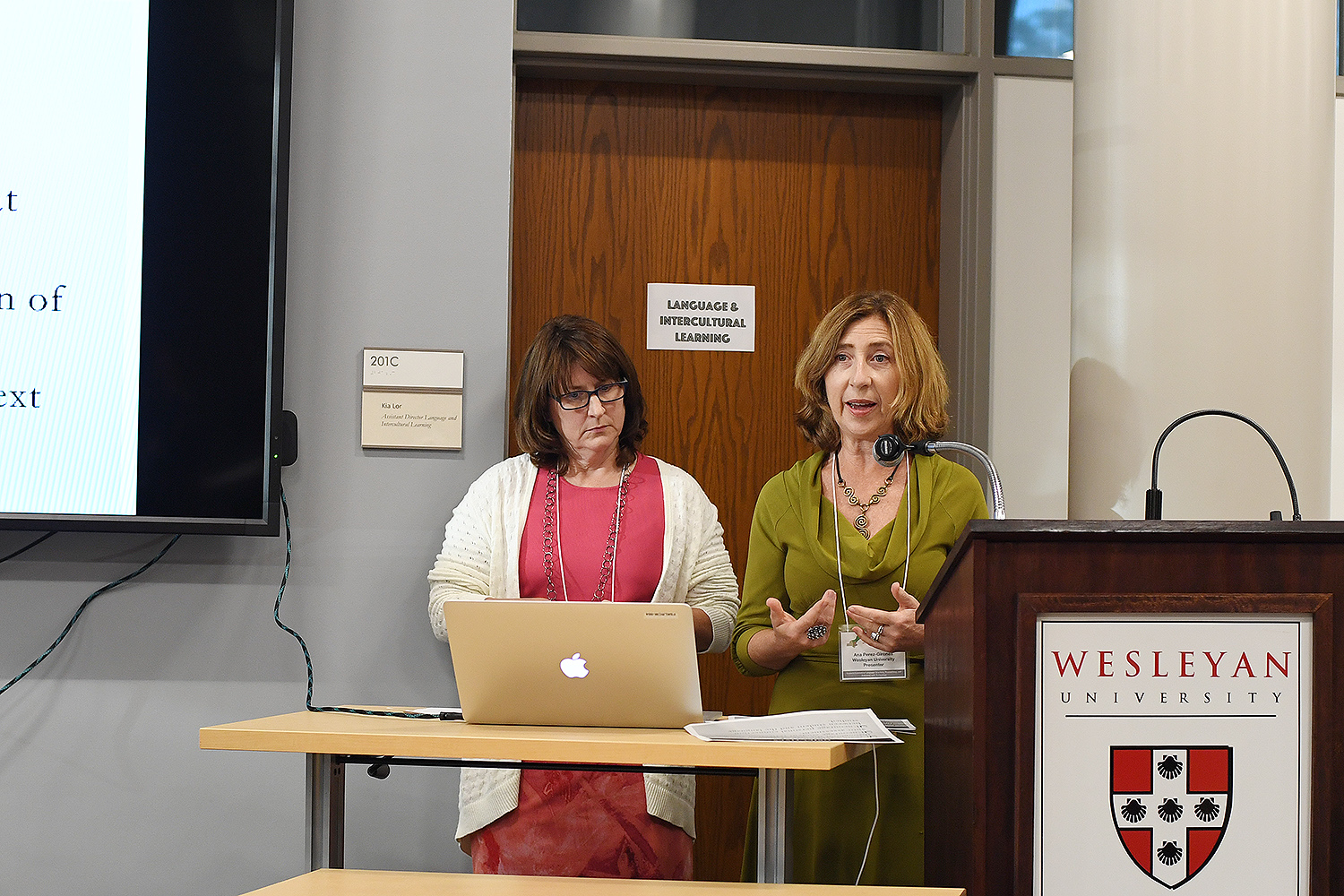 Louise Neary, adjunct associate professor of Spanish and Ana Perez-Girones, adjunct professor of Spanish, shared how students at Wesleyan are building Spanish language portfolios using a Mahara language pack. Perez-Girones also led a discussion on Wespañol, an intermediate-level online program for independent learners.